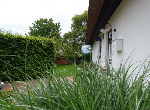 Uneinsehbares möbliertes Reetdachhaus mit altem Baumbestand.